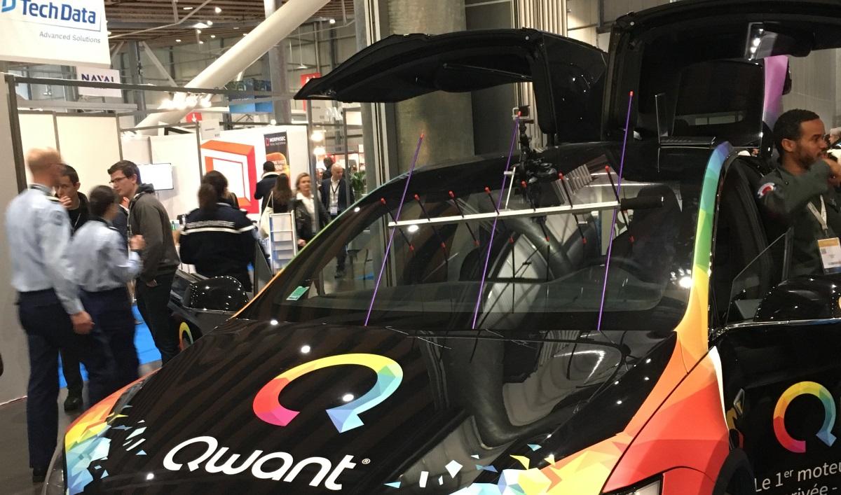 Dans les allées du FIC, une Tesla sérigraphiée Qwant est proposée aux hackers (photo DK / Face au Risque)