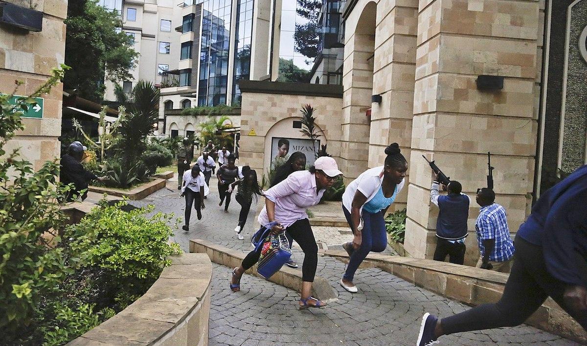 Des cilvils fuient l'attaque Dusit de Nairobi le 15 janvier 2019 photo Shadychiri licence CC
