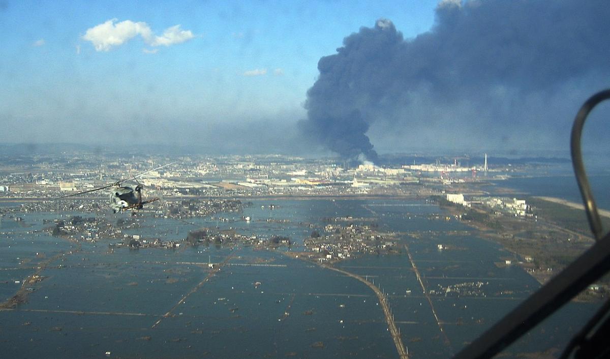 Le séisme de Tôhoku sur la côte Pacifique du Japon, qui a provoqué le tsunami et la catastrophe naturelle de Fukushima (US Navy - wikimedia)