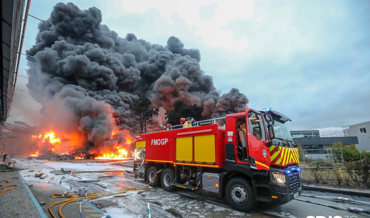 Extinction incendie Lubrizol Rouen (photo Sdis76).