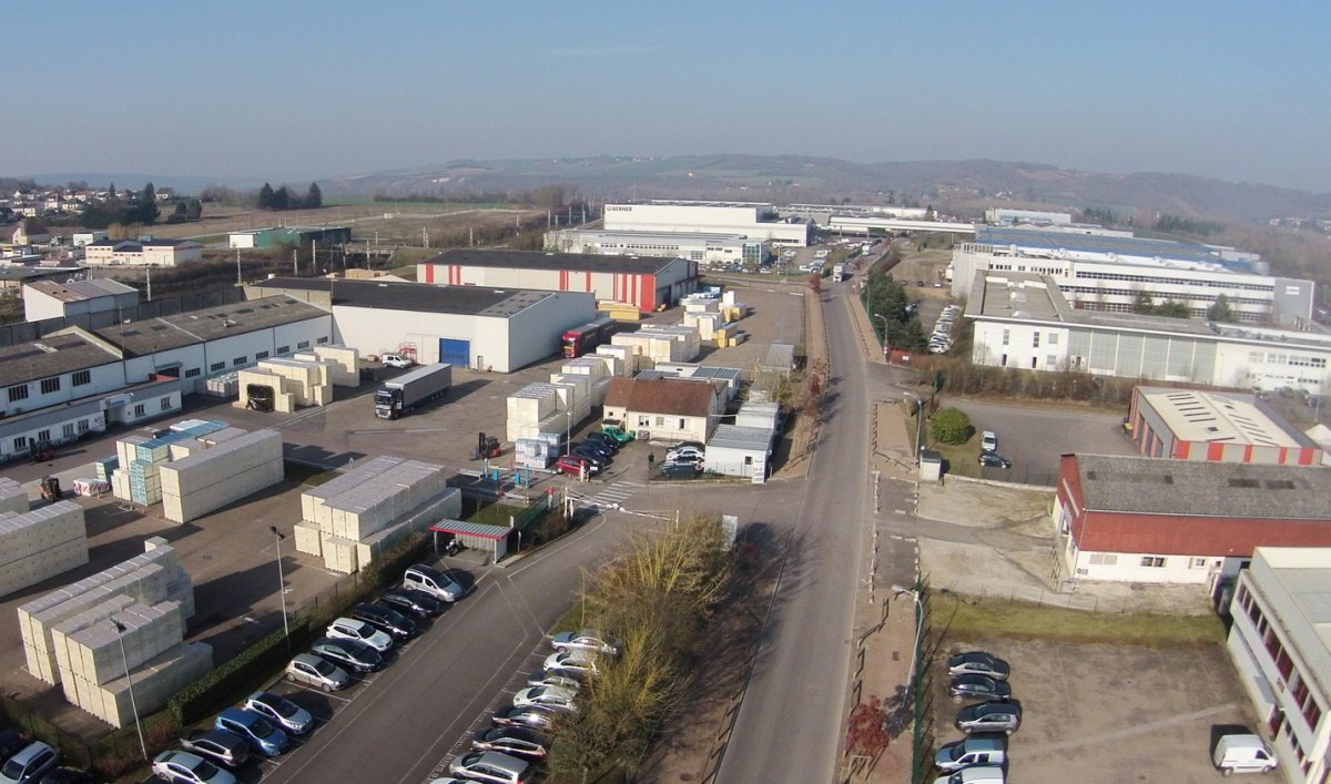 Image d'illustration de plateformes industrielles. (Ici celle de St-Julien-du-Sault Yonne, photo guy bourras cc ommons wikimedia).