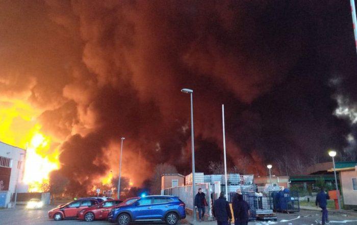 Incendie usine recyclage déchets industriels Barcelone. (Photo Twitter CVirginie @2711virginie).