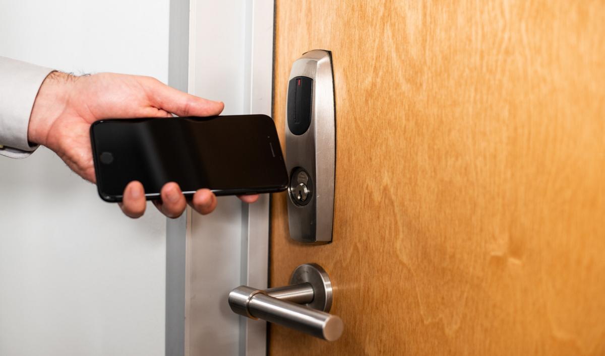 Systèmes contrôle d'accès smartphone (Photo ASSA ABLOY_flickr CC).
