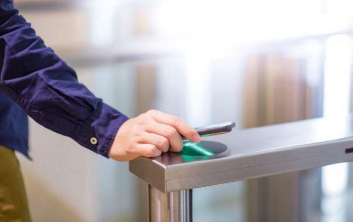 Identification par smatphone contrôle d'accès (photo Zephyr_p/Fotolia.com).